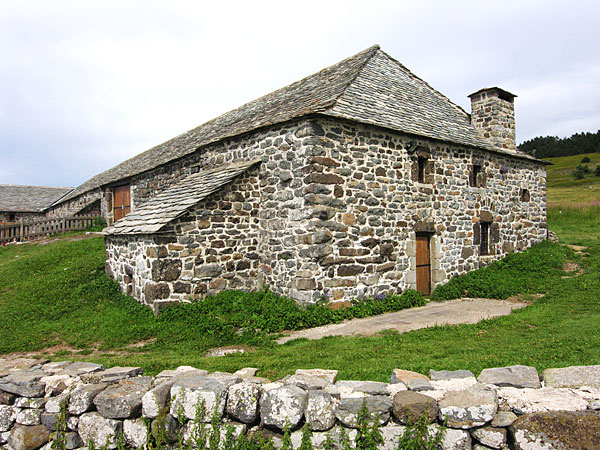 Dans la ferme de Bourlatier, l'habitation                   se situait en partie basse, à l'extrémité                   du bâtiment, en prolongement de l'étable.