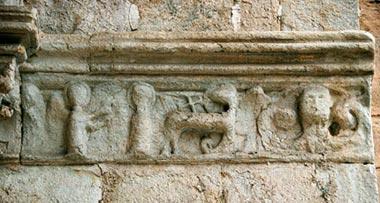 Sculptures à la base des voussures du portail