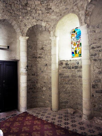 L'abside est décorée de niches creusées dans le mur